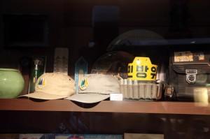 민방위 완장과 모자의 모습