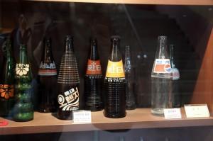 다양한 종류의 음료수 병의 모습