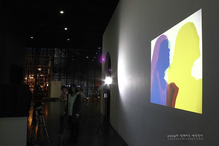 관람객의 실루엣이 벽면에 비춰지는 관객이 참여할 수 있는 작품