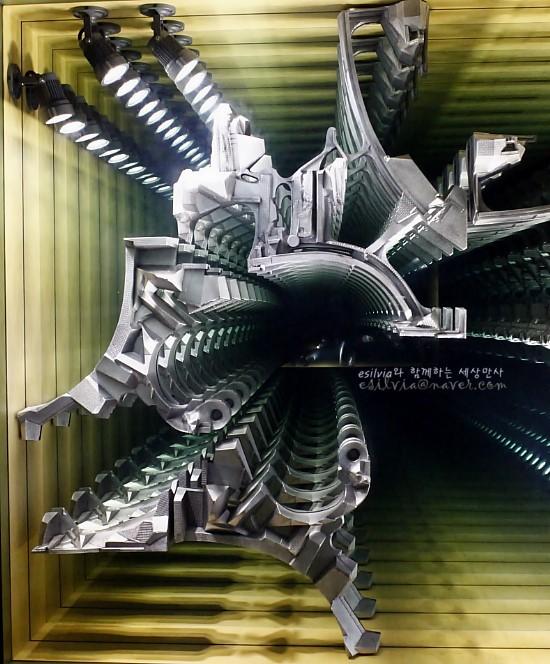 작은 판넬 하나로 무한대의 이미지를 만들어내는 우리나라의 이불이라는 작가의 작품