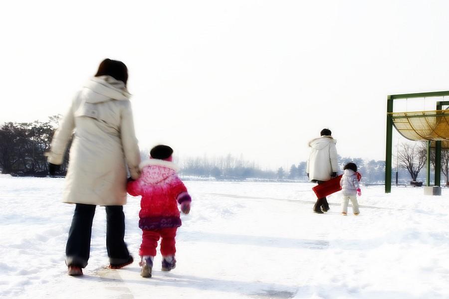 하얀 눈밭을 걸어가고 ㅆ 사람의 모습