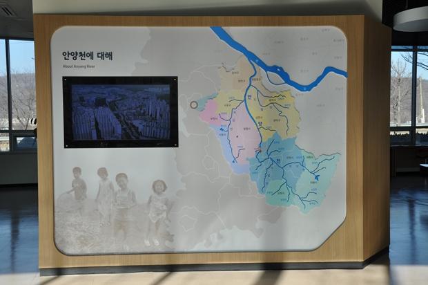 안양천에 대한 영상과 안양천 줄기를 보여주는 지도의 모습