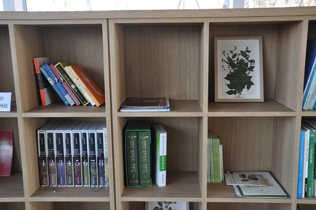 책장에 놓여 있는 책들의 모습
