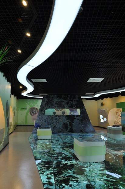 안양천의 물길을 표현한 천정의 조형물과 안영천 유역의 위성사진을 볼 수 있는 바닥의 모습
