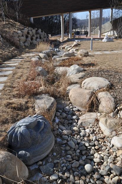 생태이야기관 뒤에 있는 물이 흐르지 않는 개울의 모습