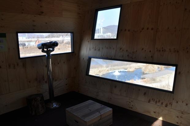탐조대의 개방된 창앞에 놓여 있는 망원경