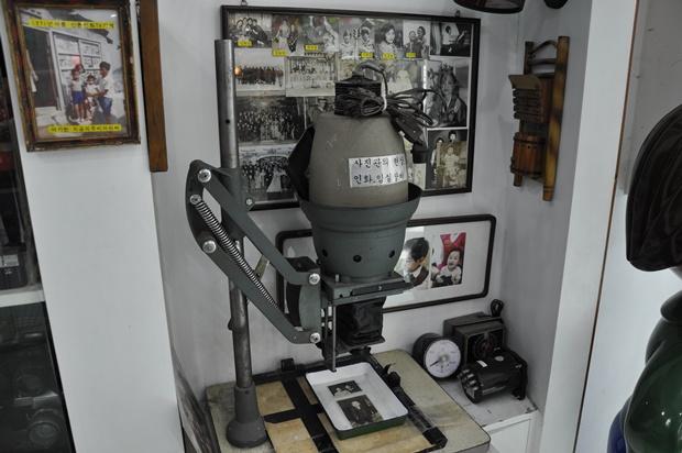 옛 사진관에서 사용하던 물품과 사진들이 전시되어 있는 모습