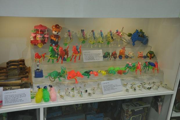 추억의 장난감들을 진열해 놓은 모습