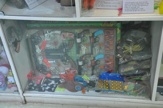 화약총을 비롯한 추억의 장난감들이 진열되어 있는 모습