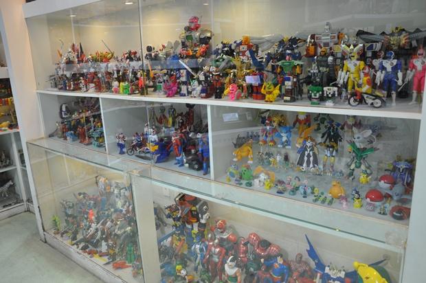 유리 진열장 안에 보관되어 있는 로보트를 비롯한 다양한 장난감들