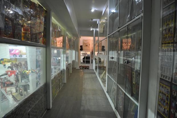 다양한 옛 물건들이 전시되어 있는 진열대 사이로 나있는 통로