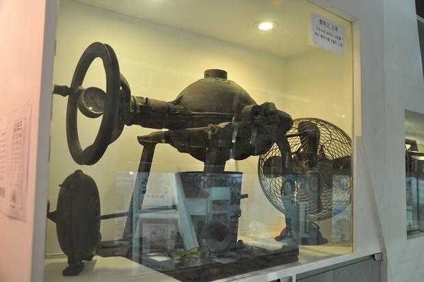 뻥튀기 기계와 오래된 선풍기가 전시되어 있는 모습