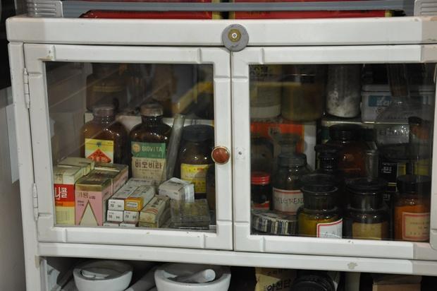 진열대에 놓여 있는 다양한 약의 모습
