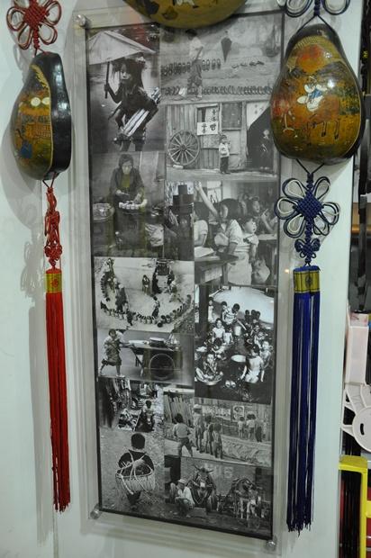 벽면에 걸려 있는 흑백사진과 조롱박 모빌의 모습