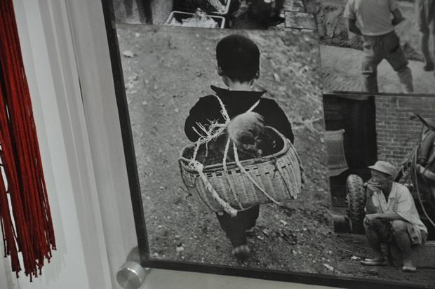 강아지를 나무 소쿠리에 지고 가는 아이의 흑백사진