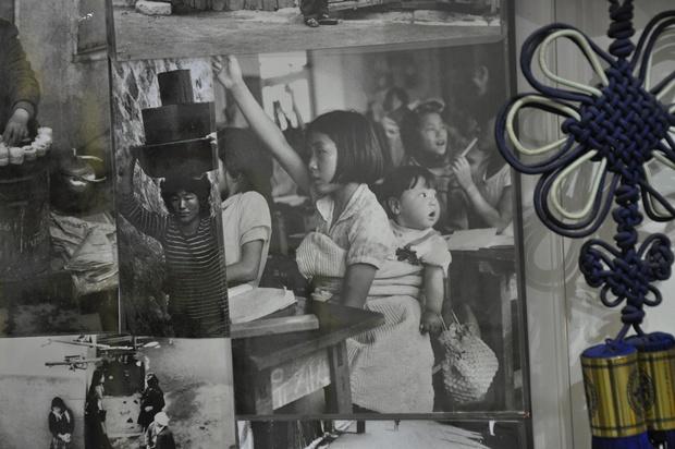 어린 동생을 등에 업고 수업을 듣는 아이이 흑백사진