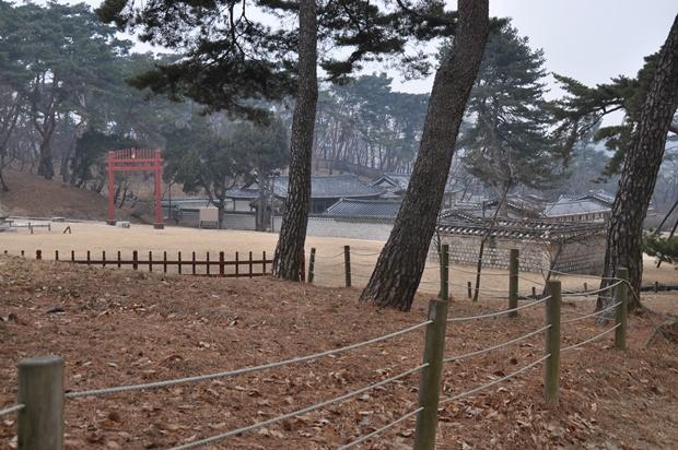 홍살문과 여러 기와건물이 보이는 유릉권역의 모습