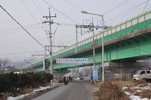 청평철교 아래 강변길의 모습