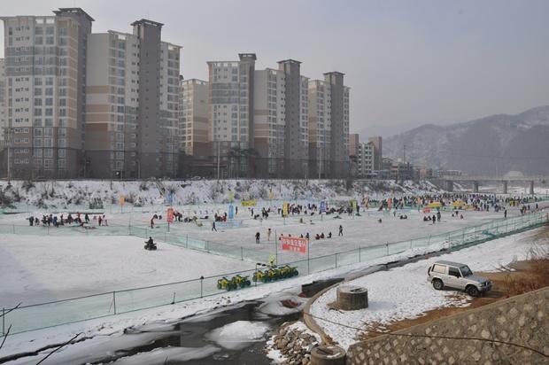 아파트촌 바로 아래 마련된 행사장의 모습