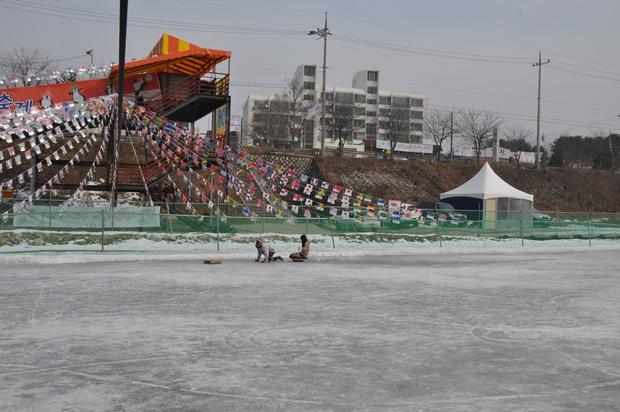 만국기가 걸려 있는 얼음썰매장의 모습