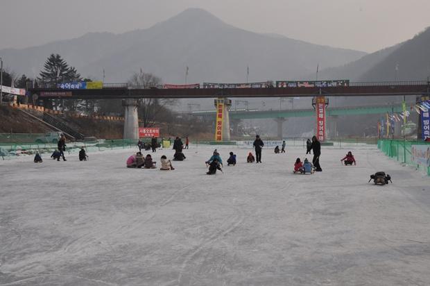 얼음썰매를 타는 사람들