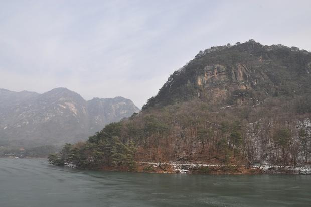 호수와 망봉산과 명성산이 보이는 풍경