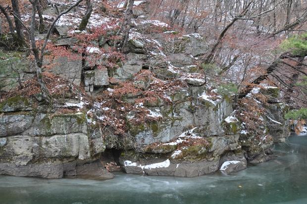 언 호수 위의 암반의 모습
