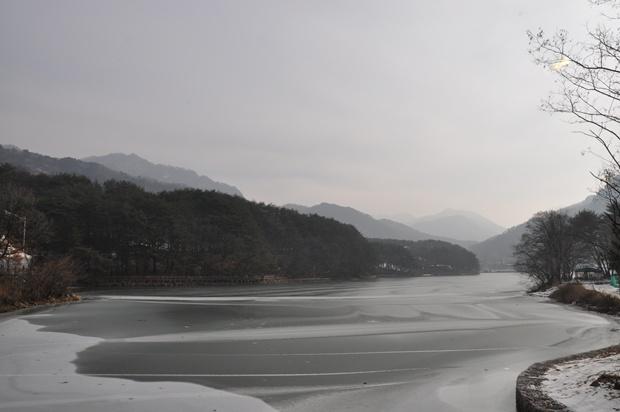 산정호수와 주변의 산이 보이는 풍경