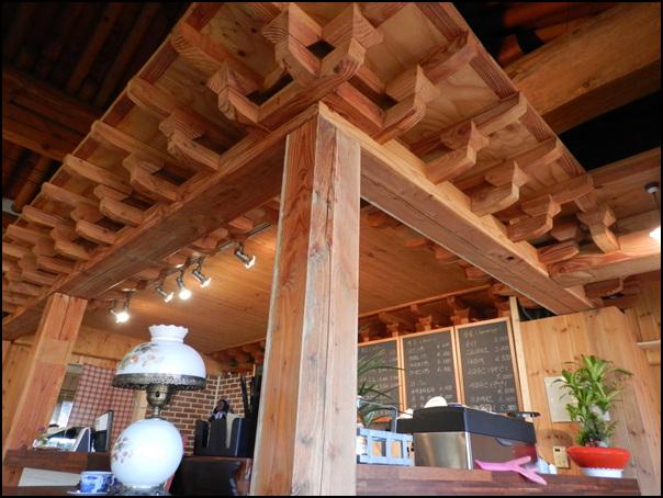 한옥 건물과 현대적인 소품들이 어우러진 음식점 내부 모습