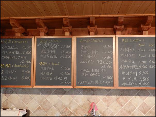벽면에 걸려 있는 메뉴판의 모습