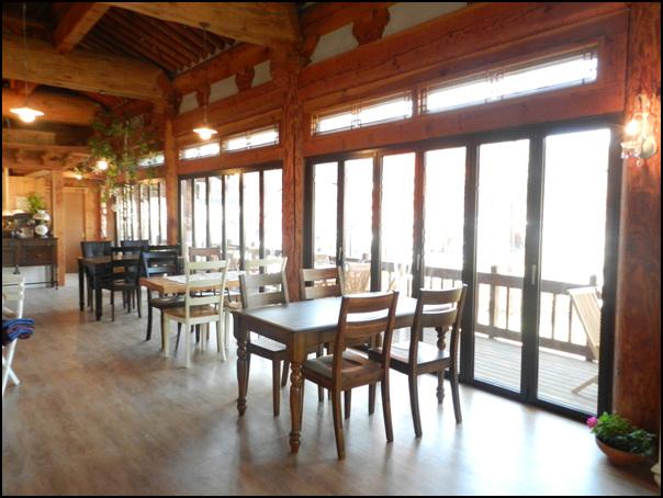 통유리가 달린 식당 내부 모습