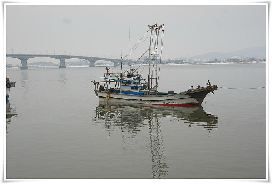 한가로이 떠있는 배