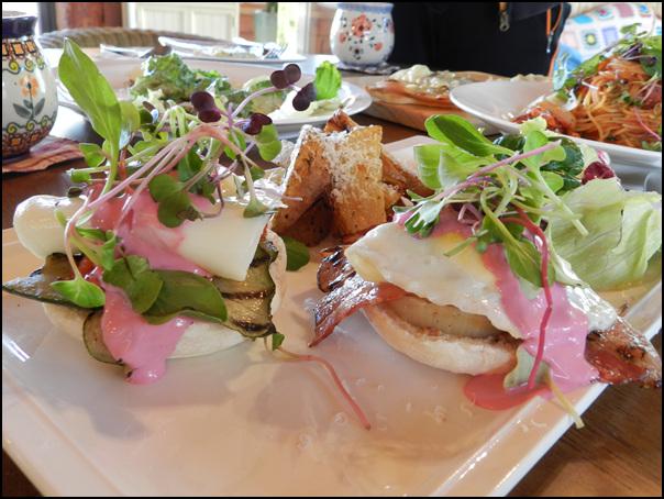 구운가지 양파 베이컨 위에 두툼한 계란 후라이를 올린 에그 베네딕트의 모습