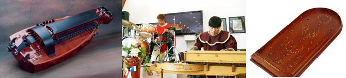 전통악기연주를 체험을 하는 모습
