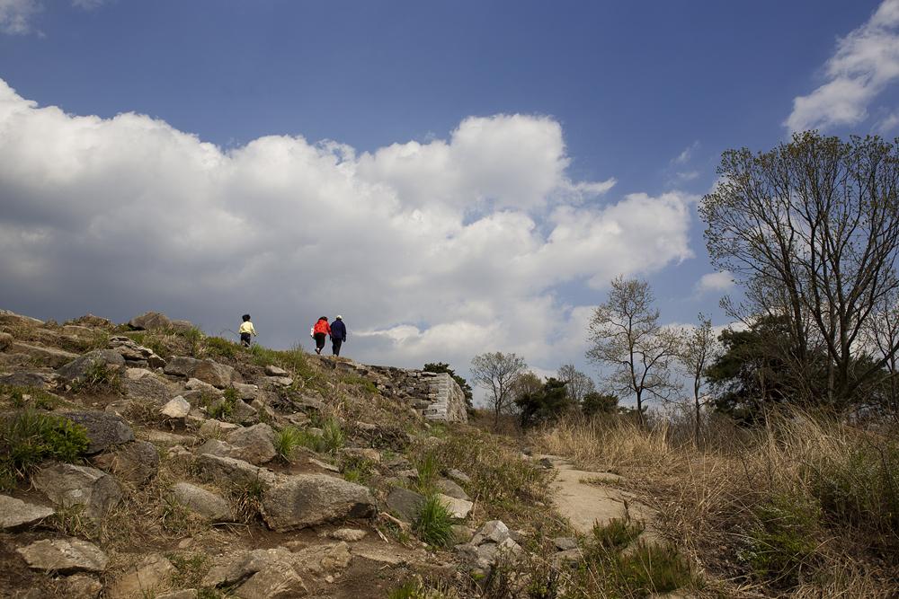 하얀 뭉개 구름과 돌 언덕의 모습