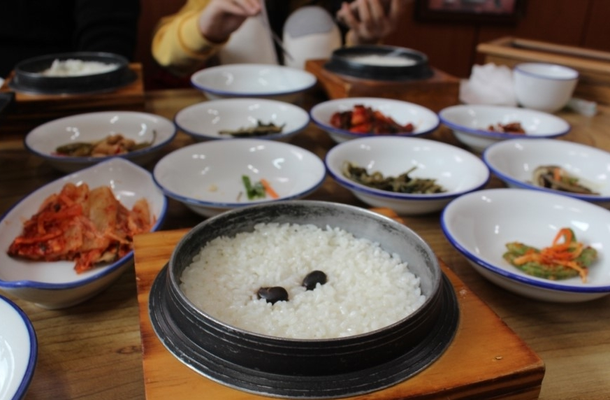 콩 두개가 올라간 돌솥에 담긴 여주쌀밥