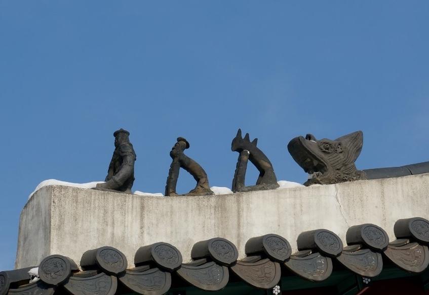 기와지붕 위에 토우들의 모습