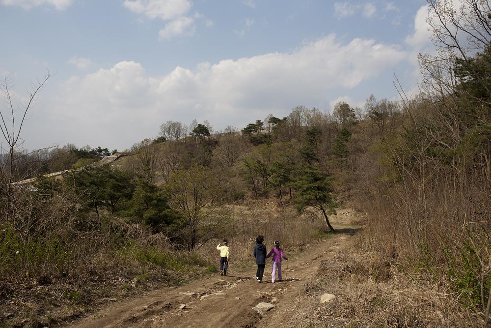 파사성이 있는 산길을 걸어가고 있는 사람의 모습