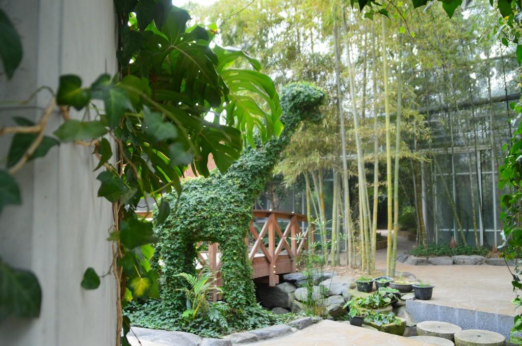 토피어리와 높은 대나무가 있는 식물원의 모습