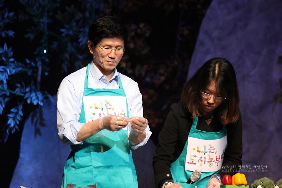 음식을 만드는 김문수도지사와 학생의 모습