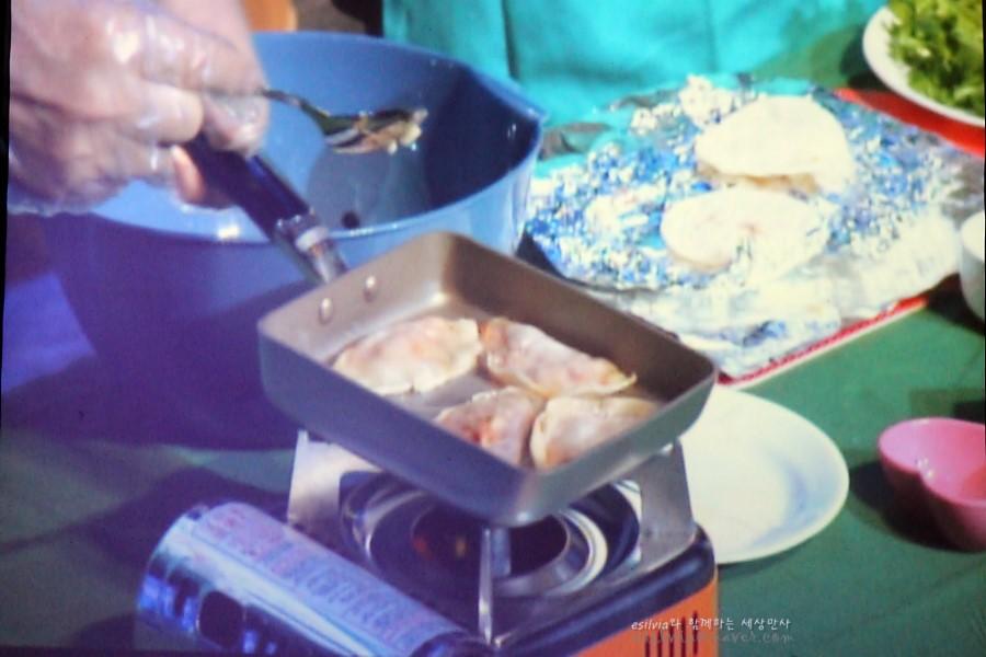 만두를 굽는 모습