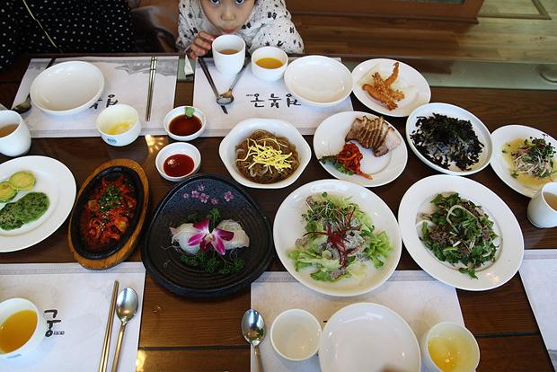 테이블에 세팅 된 음식들
