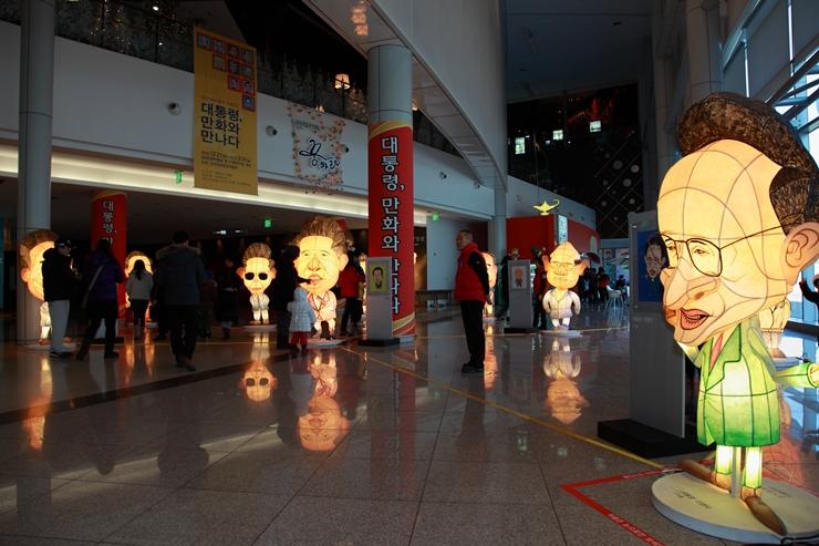 로비에 설치되어 있는 우리나라의 여러 대통령들의 인형 모습