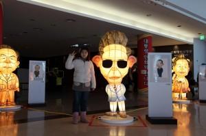 선글라스를 낀 박정희 대통령 인형의 모습