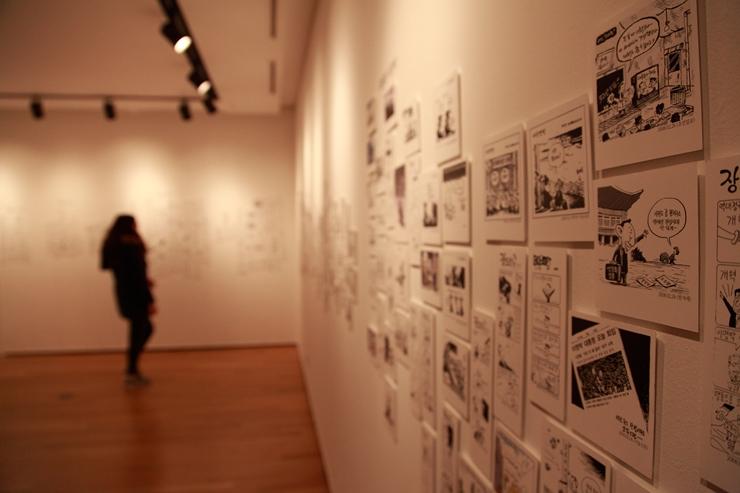 대통령들의 집권기간 동안 실린 시사 만화들을 전시한 공간