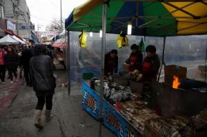 김을 비롯한 다양한 식품을 파는 모습