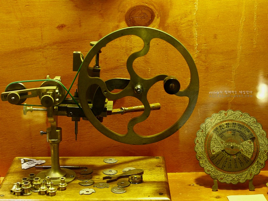 시계 부품과 부품을 제작하는 설비의 모습