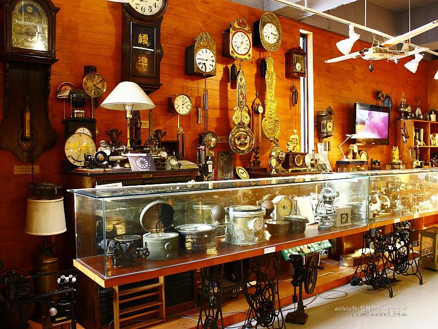 다양한 종류의 시계가 전시되어 있는 모습