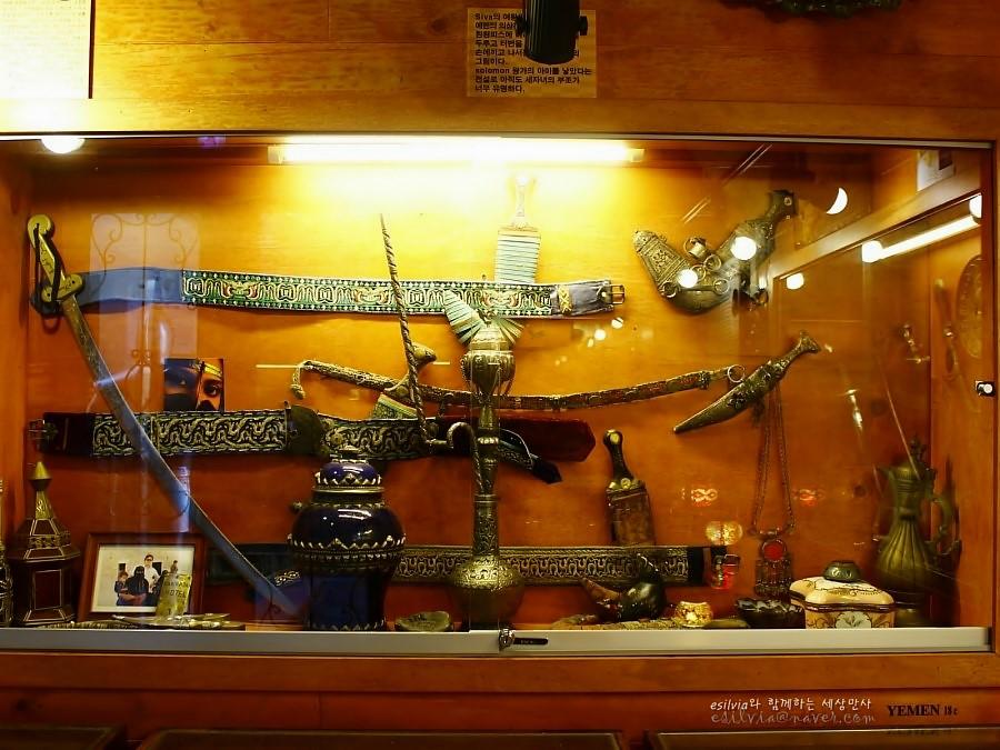 화려한 문양의 벨트와 칼들