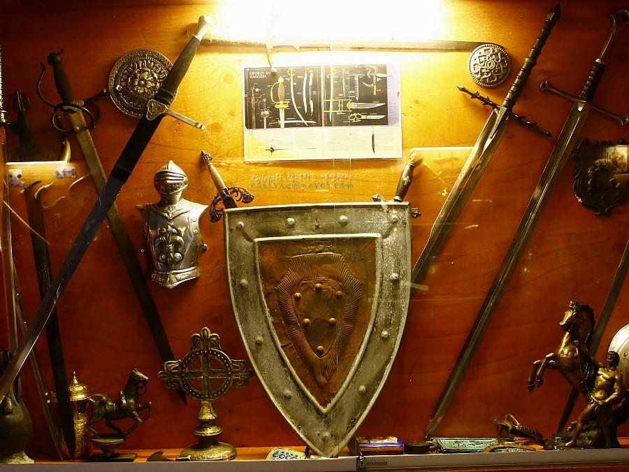 중세시대에 사용했던 칼 및 방어구의 모습